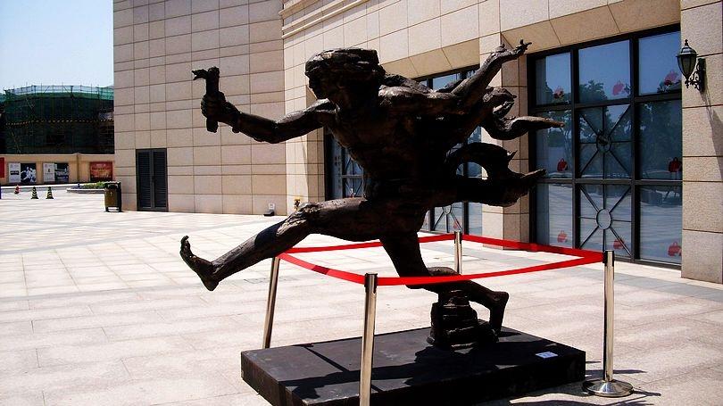 2012首届苏州·金鸡湖双年展,于5月18日到6月17日在园区金鸡湖李公堤三期拉开帷幕,并成为园区第二届金鸡湖商务旅游节的重要活动之一。 首届双年展是由苏州工业园区管委会、中国艺术研究院中国雕塑院共同主办,圆融集团、园区文联具体承办的一场大型文化艺术展示活动,在以李公堤为主会场的环金鸡湖区域举办一系列主题展、邀请展和特别活动。 主题展有两个,其中之一就是2012中国当代青年雕塑展,由中国雕塑院策展。 这些雕塑,由不同的创作者制成,因此,表达的意境也各有不同,当然,对观看的人而言,看的角度不同