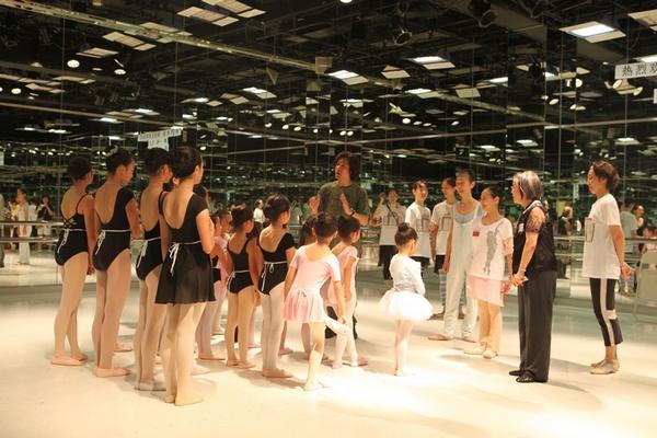 世界级芭蕾艺术家森下洋子在东京指导柔柔等来自北京的学员图片
