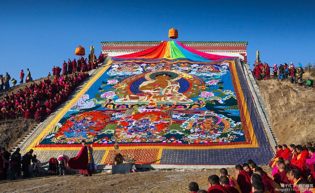 """""""晒大佛""""是藏传佛教寺院所举行的传统法事活动."""