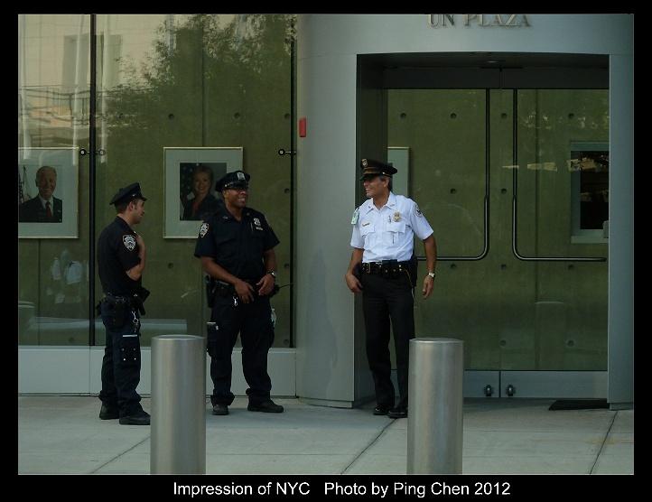 美国驻联合国使团大楼门口的纽约市警察.高清图片