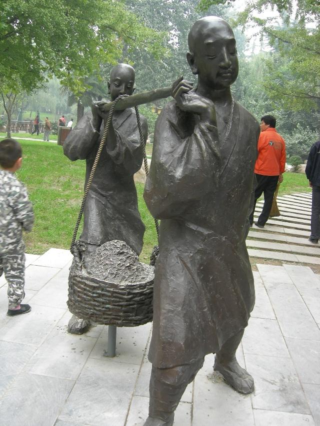 唐大慈恩寺遗址公园十分美丽,利用雕塑展现了当年修建大雁塔的艰辛,它