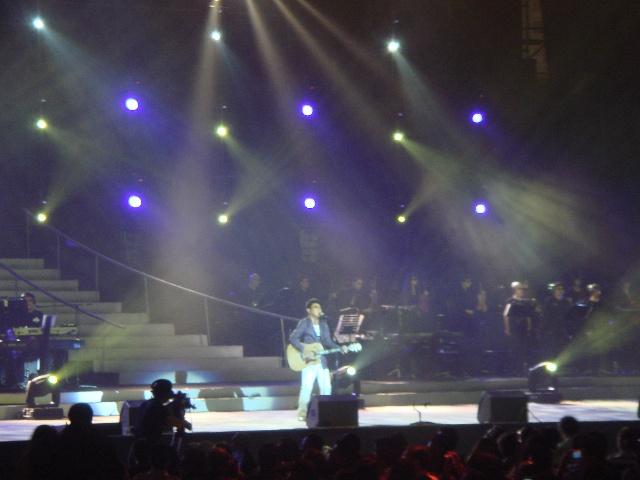 """""""show time""""一曲""""痛快的歌""""吉他弹唱拉开了演唱会的序幕"""