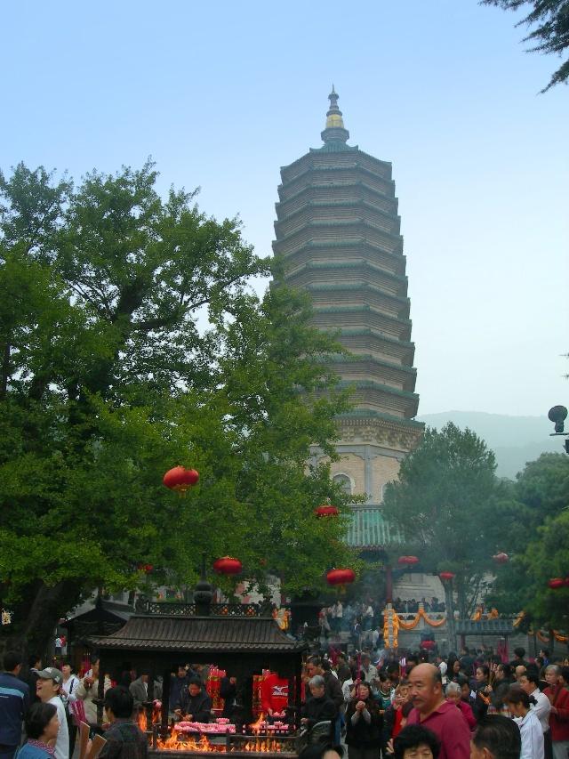 其中灵光寺的佛牙舍利塔——纯金七宝金塔