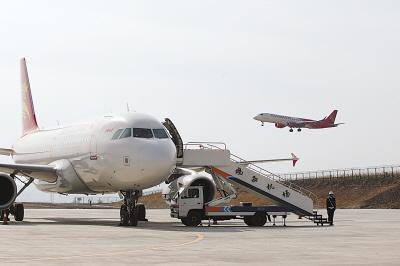 点,一架来自北京的银鹰徐徐降落在鸡西的兴凯湖机场.