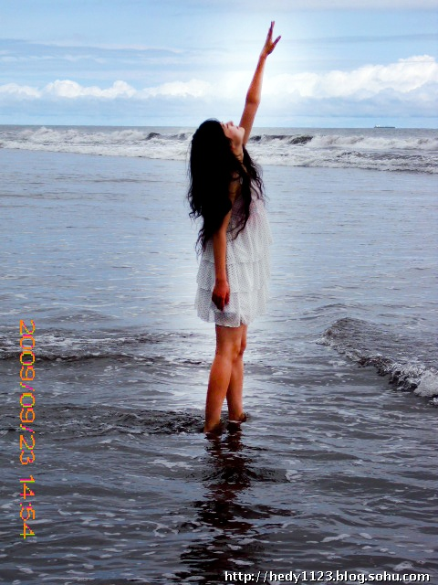我最爱的大海~仰望天空,感觉离我很近,忍不住伸手去够它~   自拍~