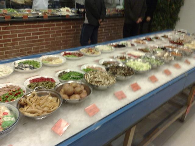 明档点菜,农家乐么,当然土菜为主,见不到什么贵的海鲜,山珍等等,食材