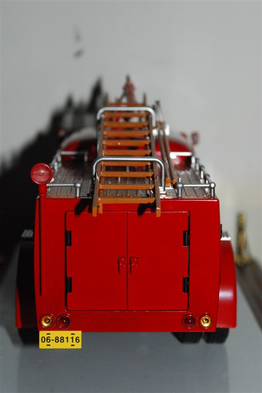 """在中国的道路上,曾经有一种绿皮大卡车驰骋了半个世纪,人们亲切地管它叫""""老解放"""",它代表着人们对那个火红年代的历史记忆。1956年7月13日,长春第一汽车制造厂生产的第一辆""""解放牌""""4吨载重汽车披红挂彩地开下了生产线,欢快的喇叭声饱含着民族的骄傲。从此长春一汽被誉为中国汽车工业的摇篮,解放卡车既是一汽的根,也是中国汽车工业的根,可以说是解放卡车奠定了中国民族汽车工业的基石。 半个世纪以来,解放牌卡车累计销量超过400万辆,是世界中重型卡车单一品牌的销量冠军。一"""