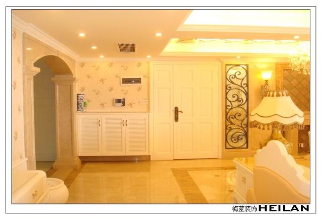 客厅与餐厅之间通过造型拱门设计增加了空间的连续性