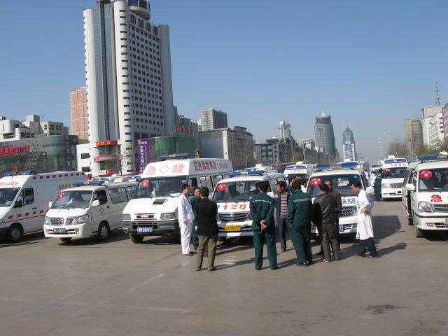4月6日太原火车站接王家岭矿难被救人员的救护车