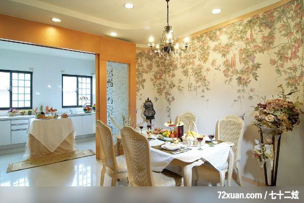 餐厅设计的要求是便捷卫生、安静舒适,照明应集中在餐桌上面,光线柔和,色彩应素雅,墙壁上可适当挂些风景画、装饰画等,餐厅设计位置应靠近厨房。需要注意餐桌、椅、柜的摆放与布置须与餐厅的空间相结合,如方形和圆形餐厅,可选用圆形或方形餐桌,居中放置;狭长的餐厅设计可在靠墙或窗一边放一长餐桌,桌子另一侧摆上椅子,这样空间会显得大一些。