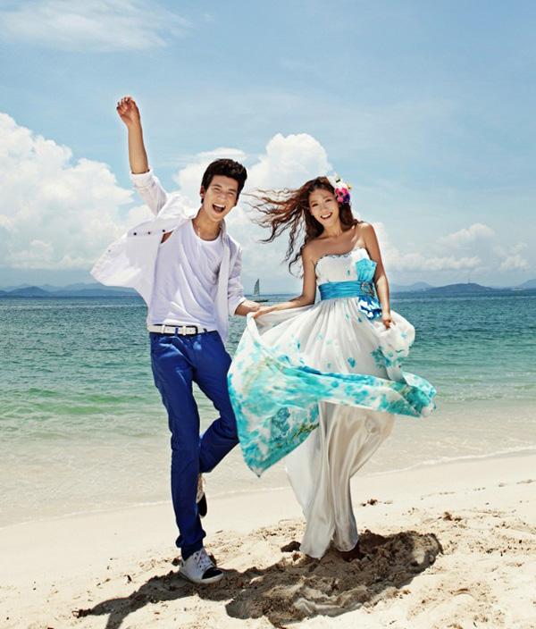 搜罗激进和今世的服饰(搜罗朝鲜族的服饰)韩式风格斗劲年夜雅,韩国的风格。凸起新娘的甜美和温顺。近来受到良多年青人的追捧。作品中的新娘拍的唯美优雅,秀丽的韩式传统服装、年夜雅的韩式布景计划、怪异的韩式化装风格……带有浓密的韩国风格的韩式婚纱照。 六、婚纱照风格:纯美的自然风格