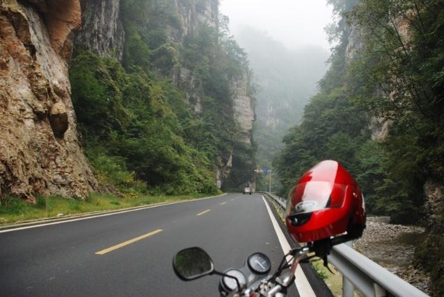神农架林区的209国道,沿途风景不错.