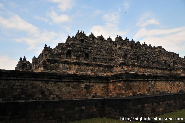 ...欣赏壮美的日出美景,更重要的是没有静静的坐在婆罗浮屠佛塔