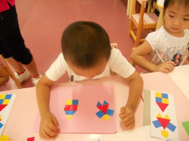 幼儿园里的手工制作现场--贴图