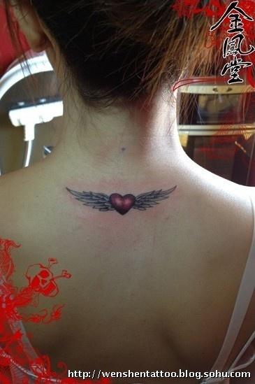 后背蝴蝶翅膀纹身图案大全_后背蝴蝶翅膀纹身图案  翅膀心纹身图 字母图片