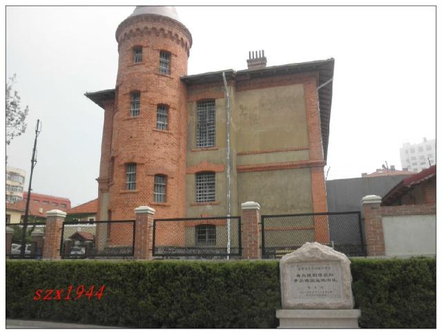 这些代表建筑有:火车站,监狱,教堂,栈桥,小青岛灯塔,国际俱乐部等.