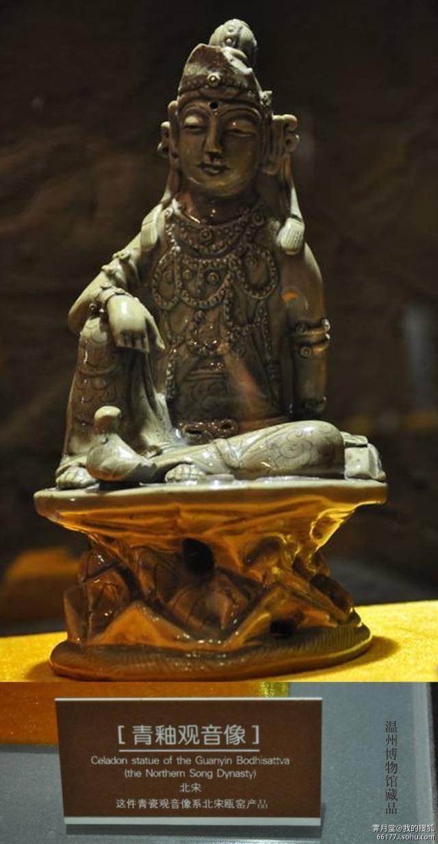 (一)宋代佛造像的艺术特点 中国的佛教造像艺术,到了宋代已经走向了衰落阶段。宋代的佛教造像受当时理学的影响,宣传佛家的禅观思想,同时也宣扬儒家的忠孝仁义思想,使造像成为儒佛糅合的产物。 在造像技法上,匠师们能够运用熟练的表现手法,来表现凸凹转折的衣纹,圆润细致,流畅逼真。在艺术造型上,佛像基本上承袭了唐末造像的风格,造像容貌丰满,衣饰飘带流畅自然,姿容凝重秀美,体态丰腴,比例匀称。但宋代的造像也有其发展的地方,就是造像减低了宗教的气氛,更善于表达亲切的人性审美雅趣。工匠们充分发挥他们的创造才能,把宗教中的